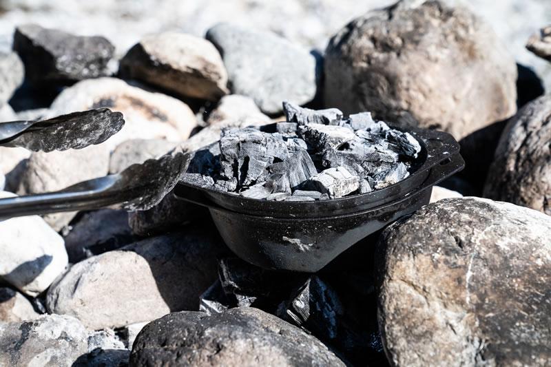 蓋をして、炭をのせることも!
